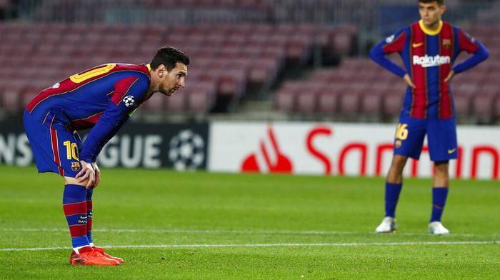 Lionel Messi Jalan Kaki Dekat Lawan